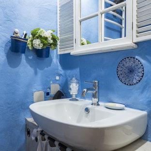 Стильный дизайн: туалет в стиле рустика с настольной раковиной и синими стенами - последний тренд