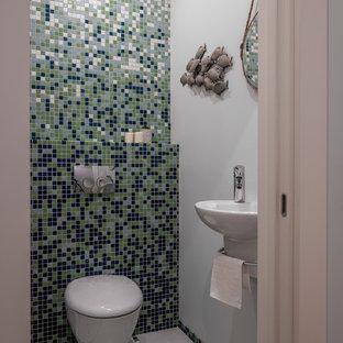Immagine di un piccolo bagno di servizio stile marino con WC sospeso, piastrelle multicolore, piastrelle a mosaico, pareti grigie, pavimento in gres porcellanato, lavabo sospeso e pavimento grigio