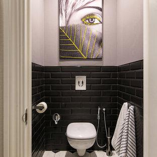На фото: туалет в скандинавском стиле с инсталляцией, черной плиткой, плиткой кабанчик и серыми стенами