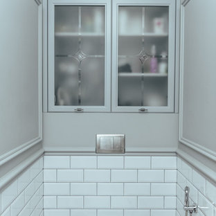 Идея дизайна: туалет в стиле современная классика с белой плиткой, плиткой кабанчик и серыми стенами