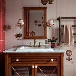 Новый формат декора квартиры: туалет в стиле современная классика с фасадами цвета дерева среднего тона, разноцветной плиткой, красной плиткой, белой плиткой, накладной раковиной, серым полом, серой столешницей и стеклянными фасадами
