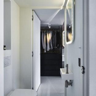 Выдающиеся фото от архитекторов и дизайнеров интерьера: туалет в современном стиле с подвесной раковиной, инсталляцией, белыми стенами, бетонным полом и белым полом