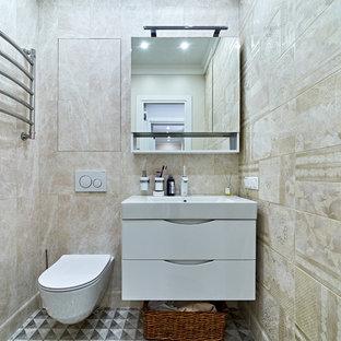 Стильный дизайн: туалет в современном стиле с плоскими фасадами, белыми фасадами, инсталляцией, бежевой плиткой, монолитной раковиной, разноцветным полом и белой столешницей - последний тренд