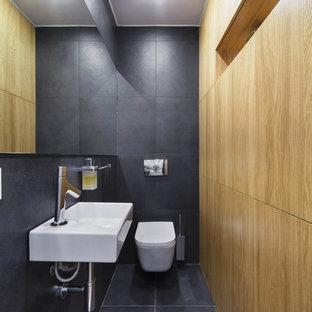 Создайте стильный интерьер: туалет в современном стиле с инсталляцией, серой плиткой, подвесной раковиной и серым полом - последний тренд
