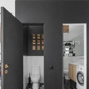 Kleine Nordische Gästetoilette mit Wandtoilette mit Spülkasten, schwarzer Wandfarbe und buntem Boden in Moskau