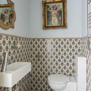 モスクワの小さいトランジショナルスタイルのおしゃれなトイレ・洗面所 (マルチカラーのタイル、壁付け型シンク、グレーの床、一体型トイレ、セラミックタイル、マルチカラーの壁、磁器タイルの床、オープンシェルフ、白いキャビネット、御影石の洗面台、白い洗面カウンター、フローティング洗面台、格子天井) の写真