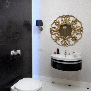 Idée de décoration pour un petit WC et toilettes design avec un placard à porte plane, des portes de placard noires, un WC suspendu, un carrelage noir et blanc, un carrelage blanc, un carrelage noir, des carreaux de porcelaine, un sol en marbre, un sol multicolore et un lavabo intégré.