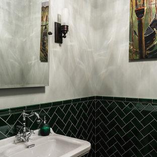 Foto di un piccolo bagno di servizio classico con nessun'anta, ante verdi, WC a due pezzi, piastrelle verdi, piastrelle in pietra, pareti grigie, pavimento con piastrelle in ceramica, lavabo a consolle, top in marmo e pavimento grigio