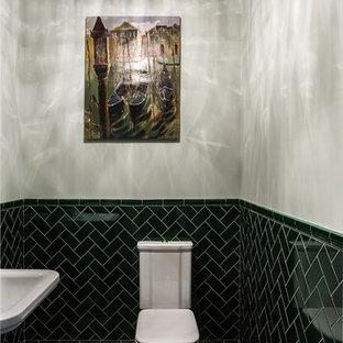 Стильный дизайн: маленький туалет в стиле современная классика с раздельным унитазом, зеленой плиткой, каменной плиткой, серыми стенами, полом из керамической плитки, серым полом и раковиной с пьедесталом - последний тренд
