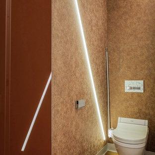 Неиссякаемый источник вдохновения для домашнего уюта: маленький туалет в стиле лофт с инсталляцией, коричневыми стенами, темным паркетным полом и коричневым полом