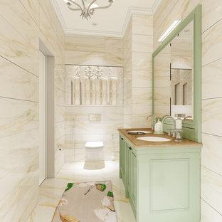 Свежая идея для дизайна: большой туалет в классическом стиле с фасадами с выступающей филенкой, зелеными фасадами, раздельным унитазом, коричневой плиткой, керамической плиткой, коричневыми стенами, полом из керамической плитки, врезной раковиной, мраморной столешницей, коричневым полом и коричневой столешницей - отличное фото интерьера