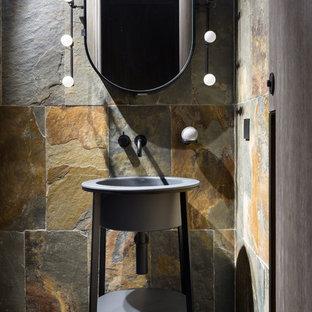 Стильный дизайн: маленький туалет в стиле лофт с плиткой из сланца, полом из сланца, раковиной с пьедесталом, коричневой плиткой, серой плиткой и серым полом - последний тренд