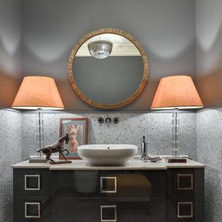 Пример оригинального дизайна интерьера: туалет в стиле современная классика с серыми фасадами, серой плиткой, плиткой мозаикой, серыми стенами, настольной раковиной, плоскими фасадами и мраморной столешницей