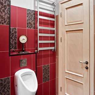 Imagen de aseo urbano, de tamaño medio, con urinario, baldosas y/o azulejos rojos, baldosas y/o azulejos de cerámica, paredes grises, suelo de baldosas de porcelana, lavabo encastrado y suelo gris