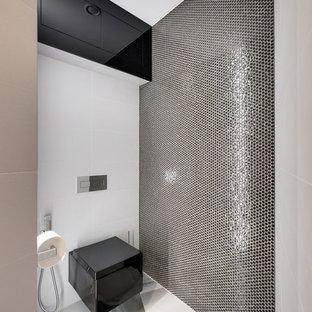 Неиссякаемый источник вдохновения для домашнего уюта: туалет среднего размера в современном стиле с инсталляцией, белой плиткой, черной плиткой, плиткой мозаикой и серым полом