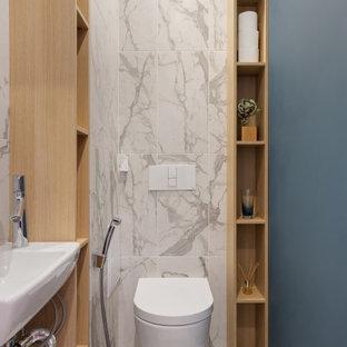 Стильный дизайн: туалет в современном стиле с инсталляцией, белой плиткой, серыми стенами, подвесной раковиной и белым полом - последний тренд