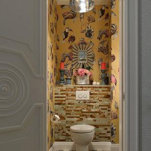 На фото: туалет в стиле фьюжн с разноцветной плиткой, разноцветными стенами, унитазом-моноблоком и разноцветным полом