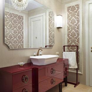 Idée de décoration pour un WC et toilettes tradition de taille moyenne avec un placard à porte plane, un carrelage beige, des carreaux de céramique, un mur beige, un sol en carrelage de céramique, une vasque, des portes de placard rouges et un sol beige.
