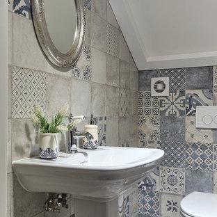 Новые идеи обустройства дома: маленький туалет в стиле шебби-шик с серой плиткой, синей плиткой, раковиной с пьедесталом, унитазом-моноблоком и разноцветным полом