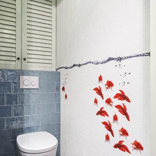 Создайте стильный интерьер: маленький туалет в современном стиле с белыми фасадами, инсталляцией, полом из керамогранита, белыми стенами, серой плиткой, синей плиткой, фасадами с филенкой типа жалюзи, терракотовой плиткой, настольной раковиной, столешницей из искусственного камня, синим полом и серой столешницей - последний тренд