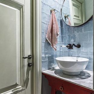 Стильный дизайн: маленький туалет в стиле фьюжн с красными фасадами, столешницей из искусственного камня, серой плиткой, настольной раковиной, стеклянной плиткой, фасадами островного типа, инсталляцией, серыми стенами, полом из керамогранита, синим полом и серой столешницей - последний тренд