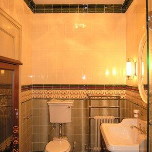 Exemple d'un WC et toilettes victorien de taille moyenne avec un WC séparé, un carrelage vert, des carreaux de céramique, un mur beige, un sol en carrelage de porcelaine, une grande vasque, un sol vert et un plan de toilette blanc.