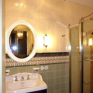Неиссякаемый источник вдохновения для домашнего уюта: туалет среднего размера в викторианском стиле с раздельным унитазом, зеленой плиткой, керамической плиткой, бежевыми стенами, полом из керамогранита, раковиной с несколькими смесителями, зеленым полом и белой столешницей