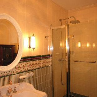 Стильный дизайн: туалет среднего размера в викторианском стиле с раздельным унитазом, зеленой плиткой, керамической плиткой, бежевыми стенами, полом из керамогранита, раковиной с несколькими смесителями, зеленым полом и белой столешницей - последний тренд