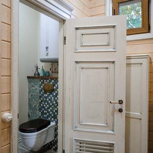 ノボシビルスクの小さいシャビーシック調のおしゃれなトイレ・洗面所 (壁掛け式トイレ、ベージュの壁、磁器タイルの床) の写真