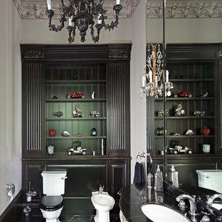 Идея дизайна: туалет в викторианском стиле с раздельным унитазом, черной плиткой, каменной плиткой, серыми стенами, мраморным полом, врезной раковиной, мраморной столешницей и черным полом