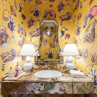 Идея дизайна: туалет в стиле фьюжн с накладной раковиной и разноцветным полом