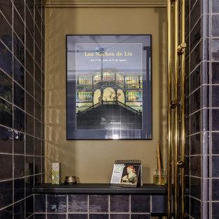 Свежая идея для дизайна: туалет в стиле современная классика с черной плиткой и бежевыми стенами - отличное фото интерьера