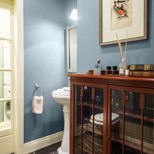 Новый формат декора квартиры: туалет в стиле современная классика с синими стенами и серым полом