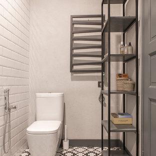 Удачное сочетание для дизайна помещения: туалет в стиле лофт с раздельным унитазом, белой плиткой, черной плиткой, плиткой кабанчик, белыми стенами, полом из мозаичной плитки и разноцветным полом - самое интересное для вас