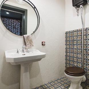 Inspiration pour un WC et toilettes méditerranéen avec un WC séparé, un carrelage multicolore, un mur blanc, un lavabo de ferme et un sol multicolore.