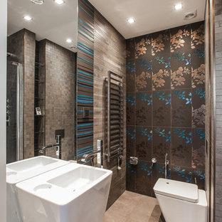 Стильный дизайн: туалет среднего размера в современном стиле с синей плиткой, бежевой плиткой, коричневой плиткой, коричневыми стенами, монолитной раковиной и унитазом-моноблоком - последний тренд