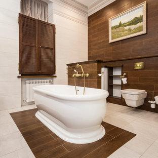 Réalisation d'un très grand WC et toilettes vintage avec un carrelage marron, un mur marron et un WC suspendu.