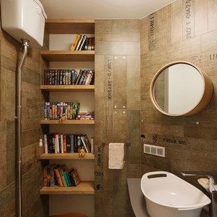 Пример оригинального дизайна: туалет в современном стиле с открытыми фасадами, раздельным унитазом, коричневой плиткой, настольной раковиной, светлыми деревянными фасадами, коричневыми стенами и бежевым полом