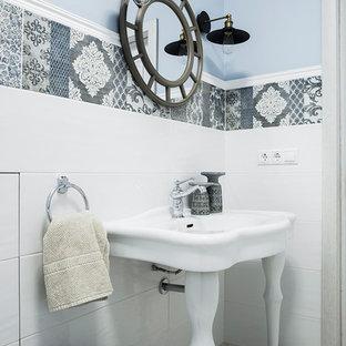 Новый формат декора квартиры: большой туалет в стиле современная классика с белой плиткой, серой плиткой, синими стенами, консольной раковиной, инсталляцией, удлиненной плиткой, полом из керамогранита, белым полом и белой столешницей