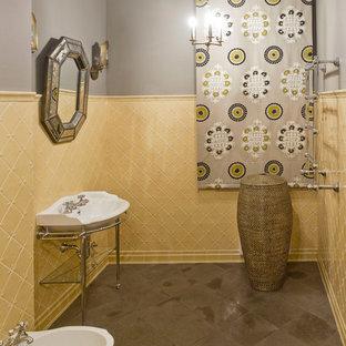 Idee per un bagno di servizio boho chic di medie dimensioni con piastrelle in ceramica, pavimento in marmo, bidè, piastrelle gialle, pareti grigie e lavabo a consolle