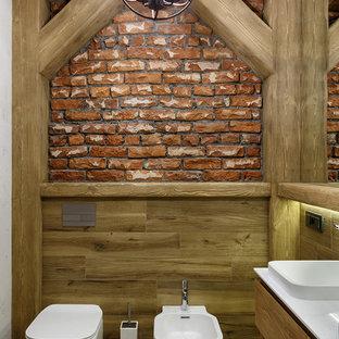 На фото: туалет в стиле лофт с инсталляцией и бежевым полом с