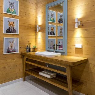 Свежая идея для дизайна: туалет в современном стиле с открытыми фасадами, коричневыми стенами, накладной раковиной, серым полом, фасадами цвета дерева среднего тона, столешницей из дерева и коричневой столешницей - отличное фото интерьера