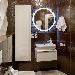 Foto di un grande bagno di servizio contemporaneo con ante bianche, piastrelle marroni, piastrelle in ceramica, pavimento in gres porcellanato, pavimento beige, bidè e lavabo a bacinella