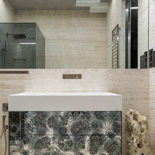 Inspiration pour un petit WC et toilettes design avec un WC suspendu, du carrelage en travertin, un mur beige, un sol en travertin, un lavabo suspendu et un sol beige.