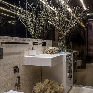 Kleine Moderne Gästetoilette mit Wandtoilette, Travertinfliesen, Travertin, Wandwaschbecken, beigem Boden und beigefarbenen Fliesen in Moskau