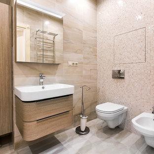 Cette photo montre un WC et toilettes tendance avec un placard à porte plane, des portes de placard en bois brun, un bidet, un carrelage beige et un lavabo posé.