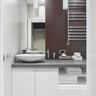 Новый формат декора квартиры: туалет в современном стиле с плоскими фасадами, белыми фасадами, настольной раковиной, серым полом и серой столешницей