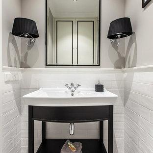 Идея дизайна: туалет в стиле современная классика с белой плиткой, серыми стенами, полом из мозаичной плитки, монолитной раковиной и серым полом