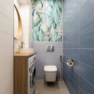 Источник вдохновения для домашнего уюта: туалет среднего размера в современном стиле с инсталляцией, керамической плиткой, полом из керамогранита, столешницей из дерева, серым полом, фасадами цвета дерева среднего тона, синей плиткой, коричневой столешницей и настольной раковиной