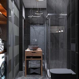 Kleine Moderne Gästetoilette mit schwarzen Schränken, schwarzer Wandfarbe und Waschtisch aus Holz in Sankt Petersburg